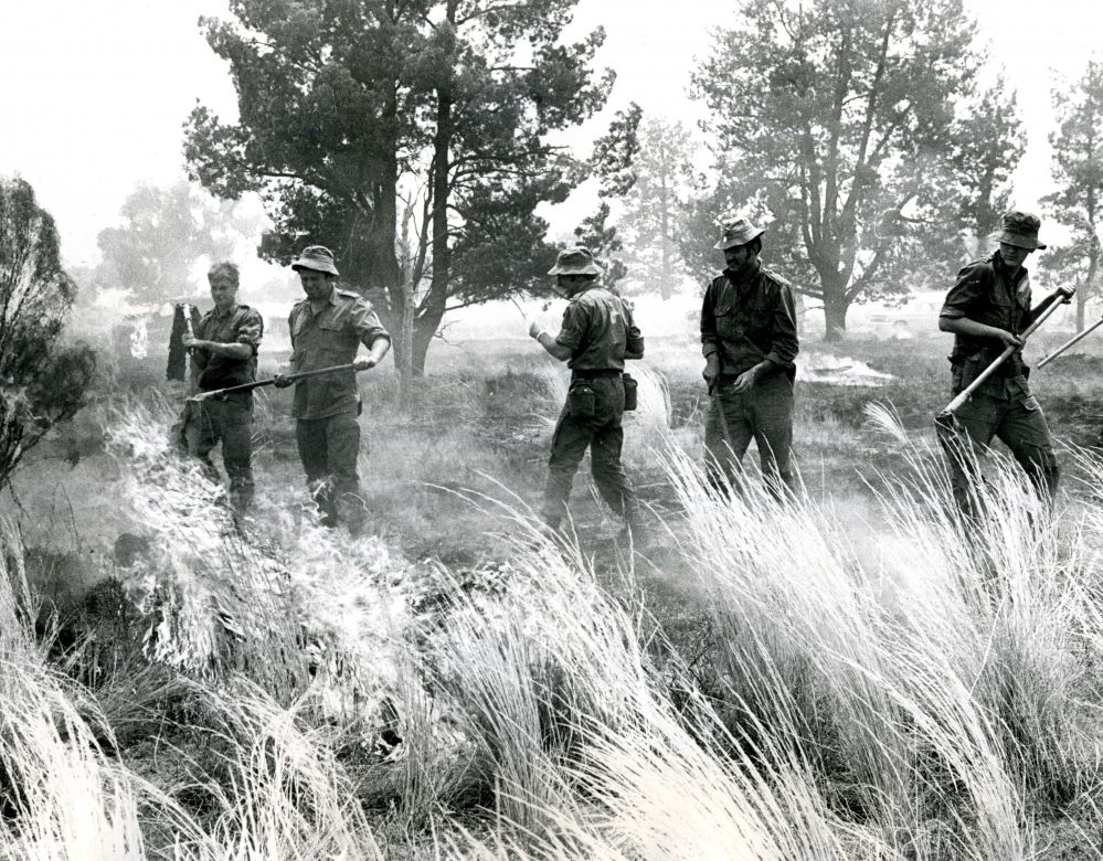 Army fighting fire 80 miles SW of Cobar, 1974